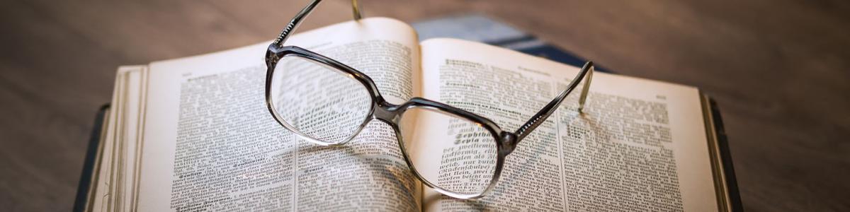Briller, der ligger på en bog.